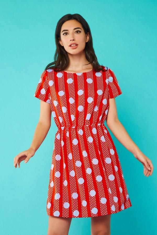 Vestido corto en tono rojo con estampado de lunares y rayas en blanco y azul claro. Manga corta