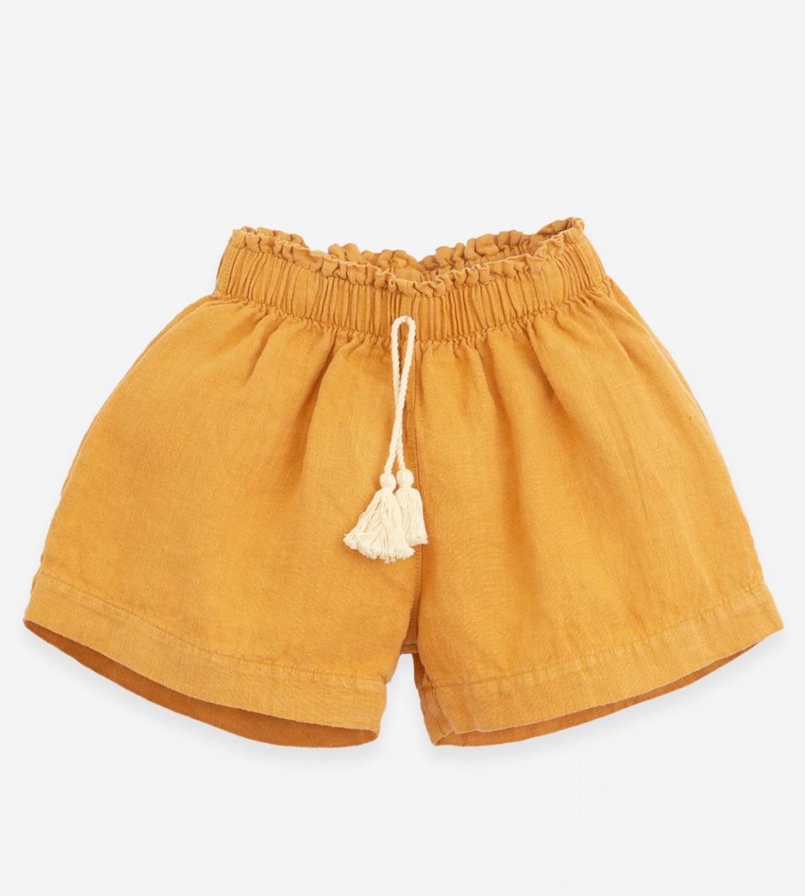 Pantalón corto de lino en color mostaza de Play Up