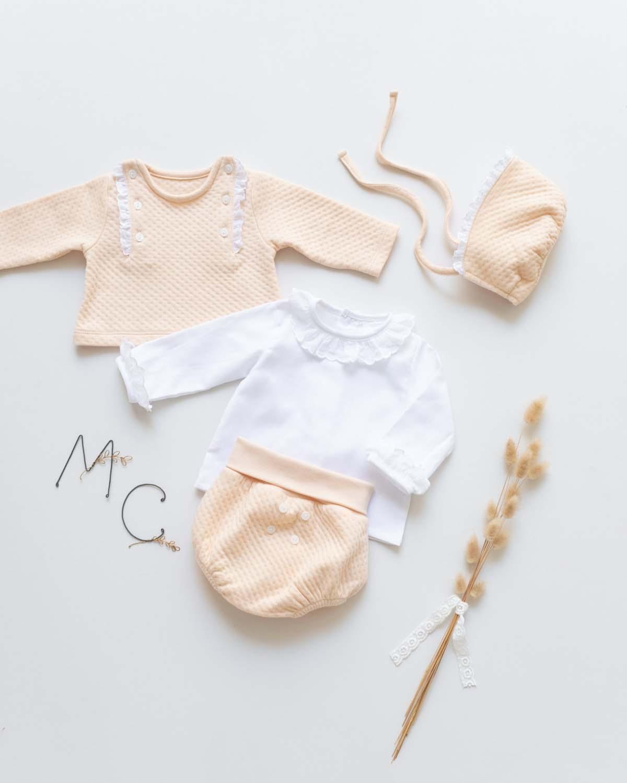 Conjunto de bebé en tejido color toffee de Mi Canesú