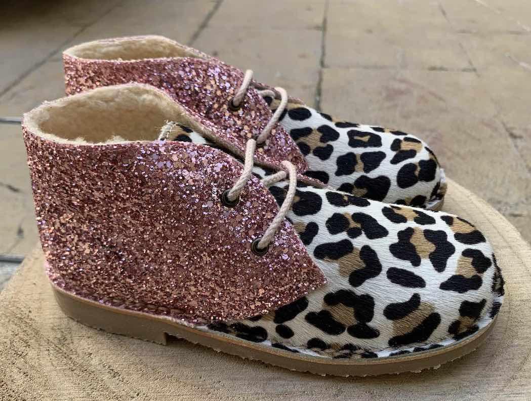 Botin combinación glitter y leopardo con cordones