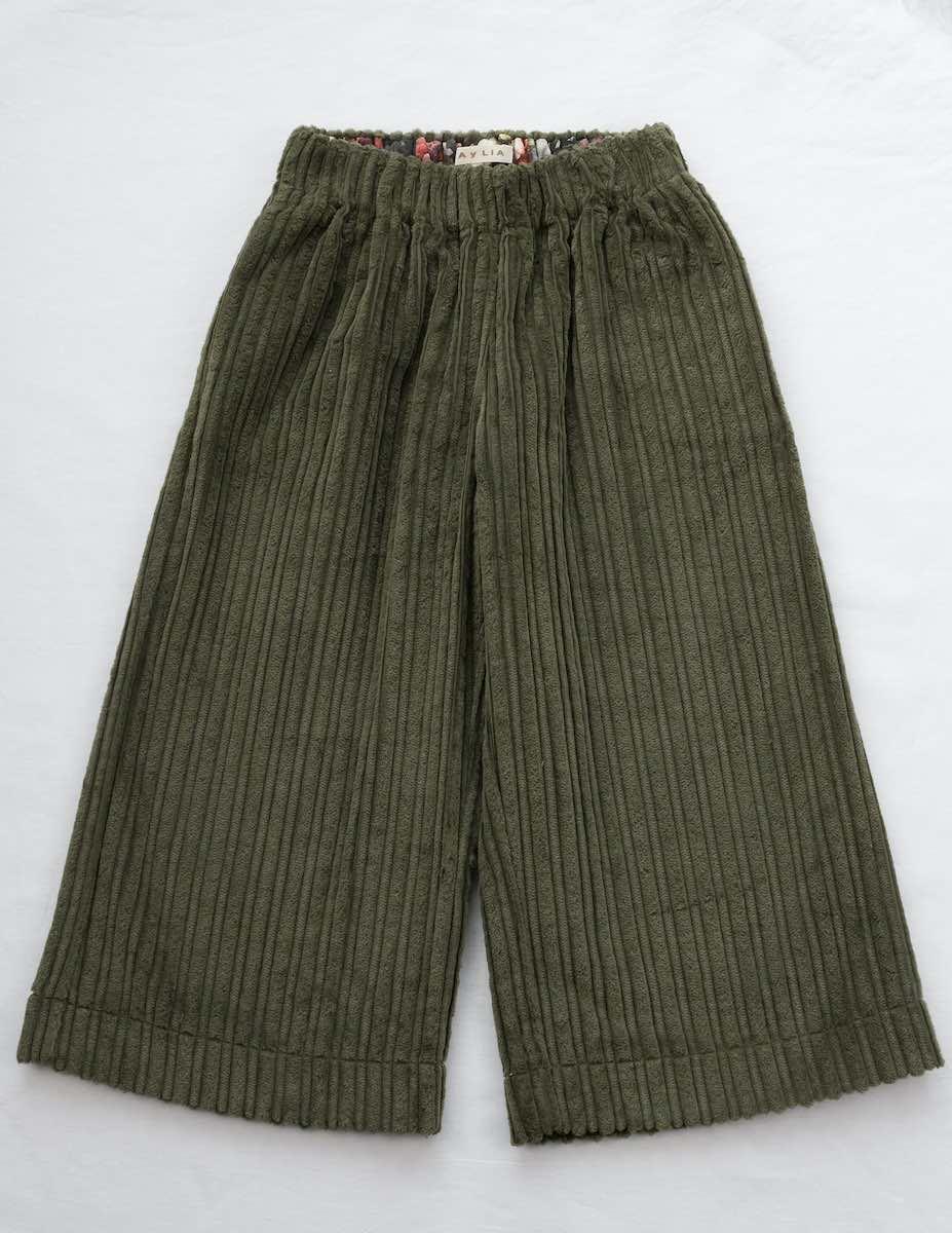 Pantalón capri en pana color verde, de la marca Mia y Lia