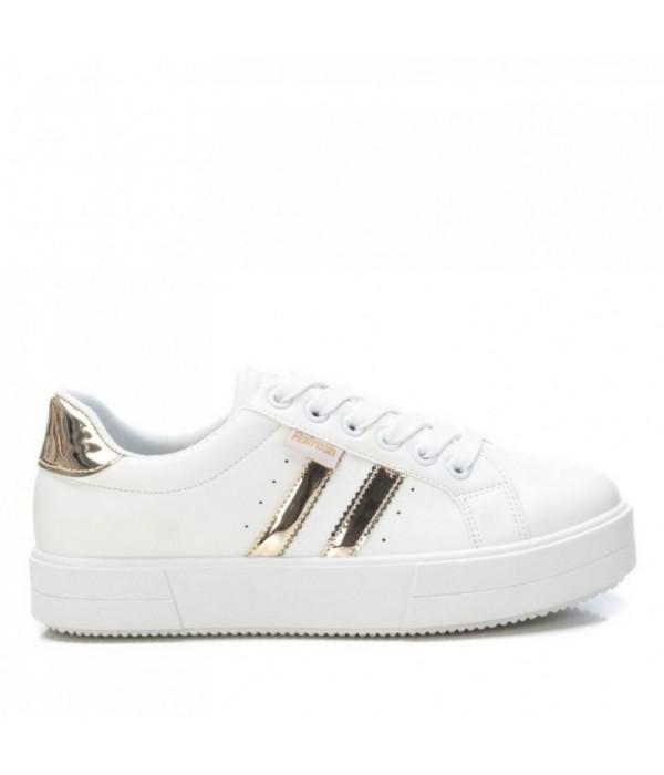 zapatilla blanca con detalles dorados y plataforma