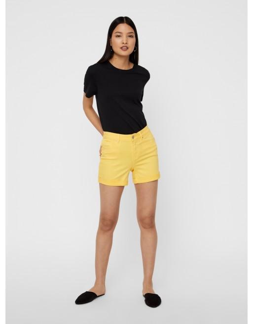 Short amarillo con dobladillo en el bajo