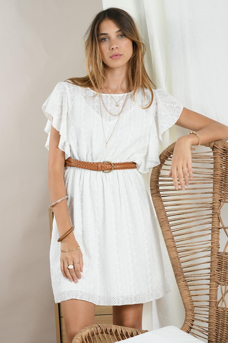 vestido de manga mariposa, bordado y volantes