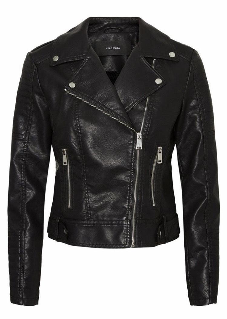 chaqueta de polipiel negra con cremalleras
