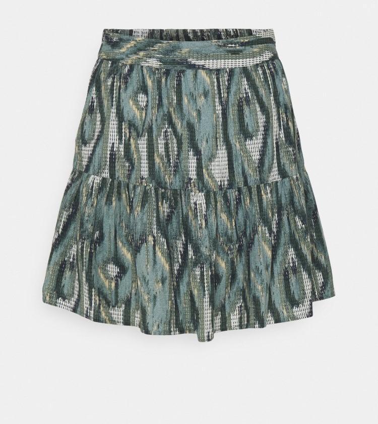 falda corta estampada en tonos verdes