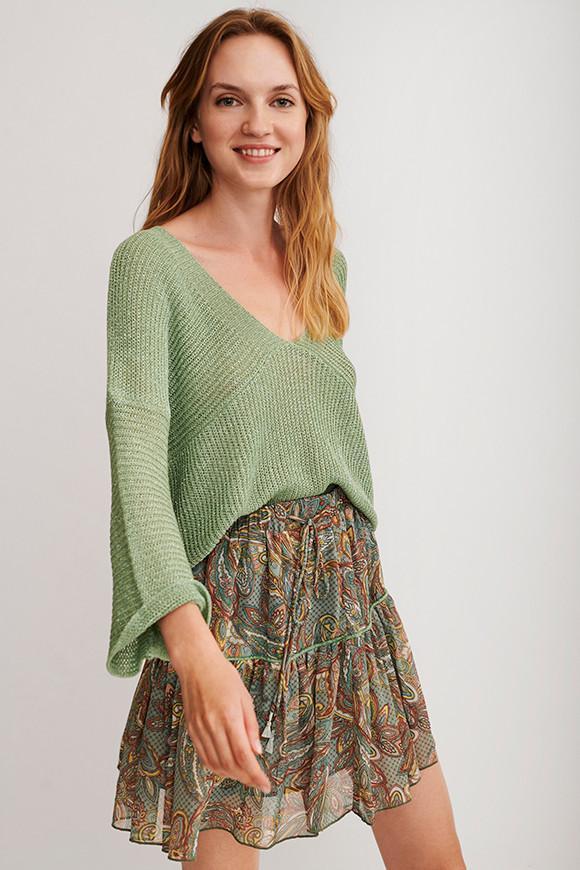 Falda corta estampada con pompones