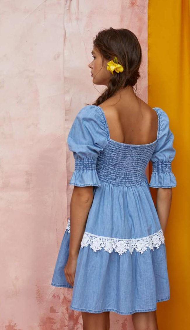 vestido vaquero corto, con mangas abollonadas y top de nido de abeja