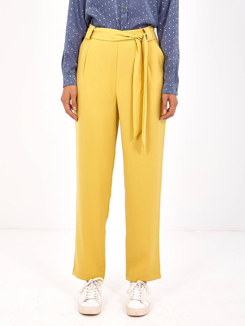 Pantalón tipo sastre amarillo con bolsos