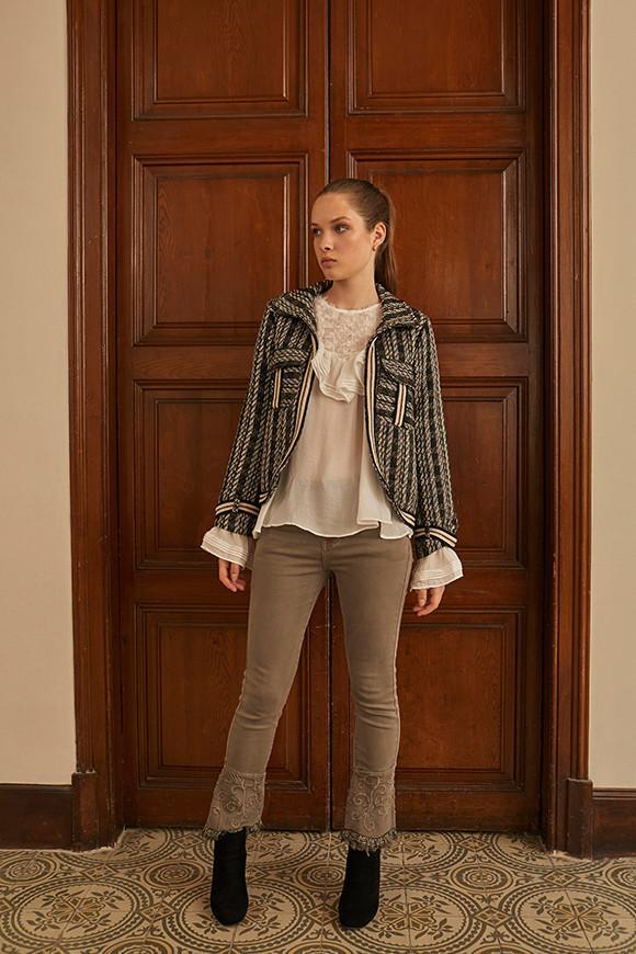 Pantalón slim fit, bordado de tiro medio con apliques bordados