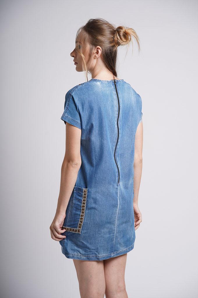 vestido vaquero corto con aplicaciones bordadas