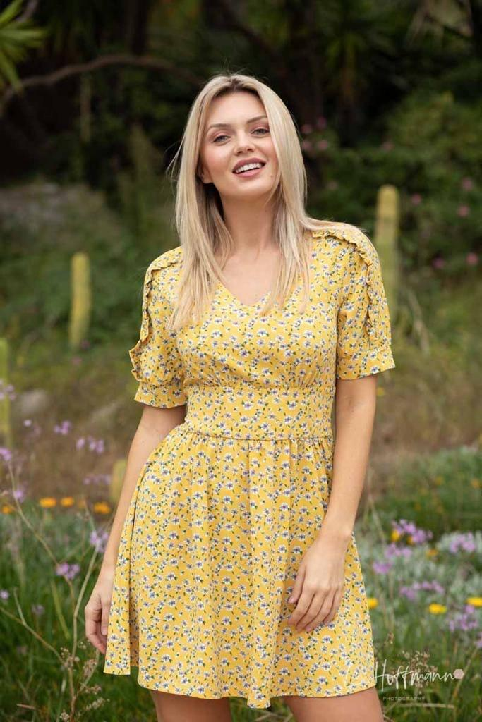 vestido amarillo estampado de flores
