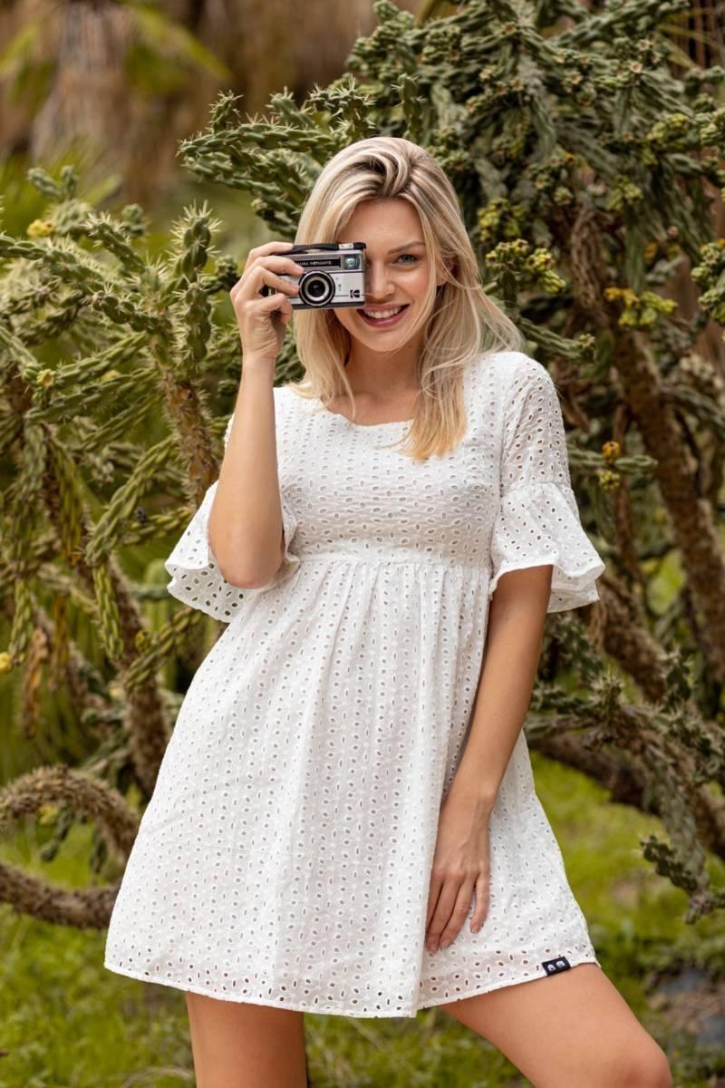 vestido blanco calado y manga volante