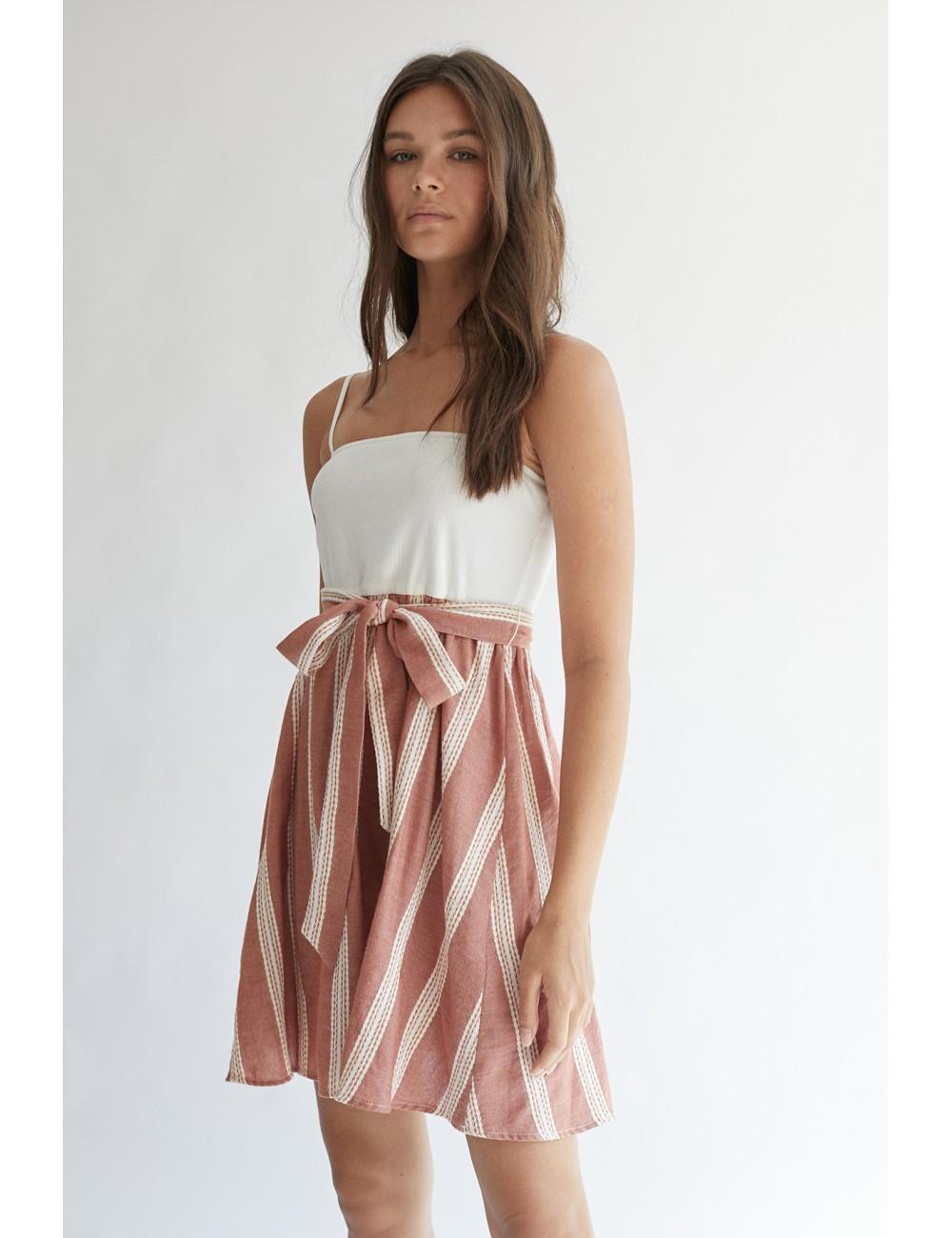Vestido de tirantes corto con estampado de rayas en la falda