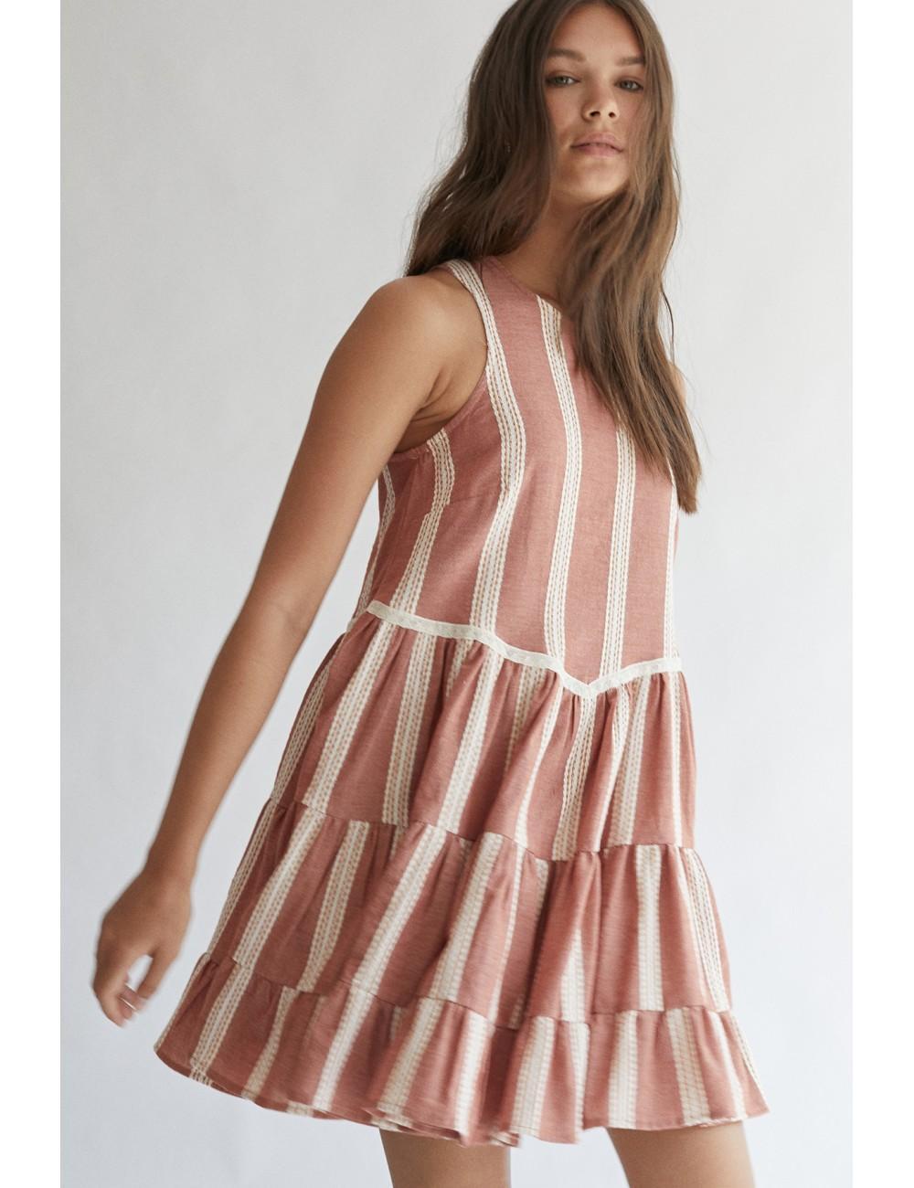 vestido de tirantes bordado, con cuello redondo