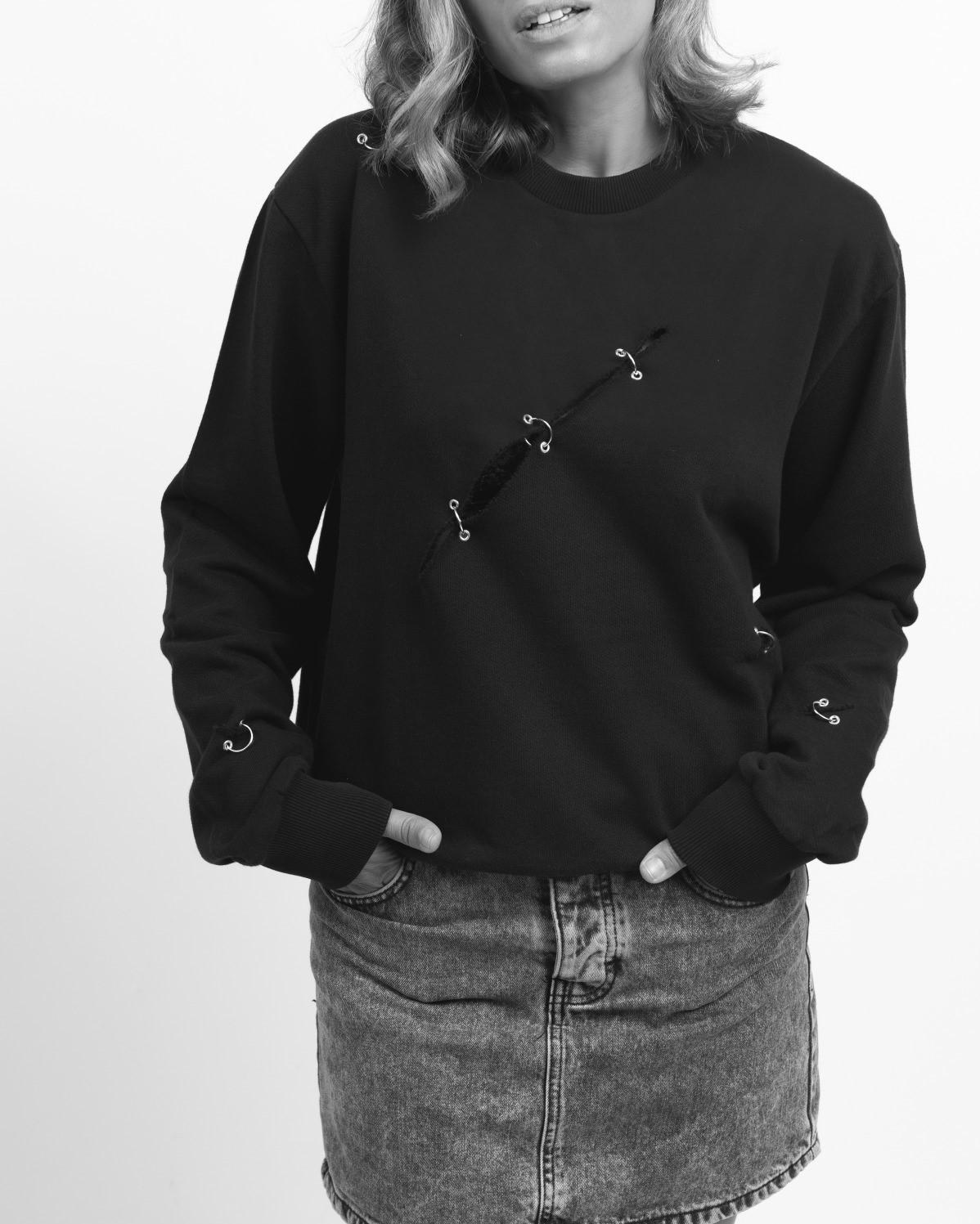 Sudadera Grunge, con diferentes rotos y piercings a lo largo de la prenda