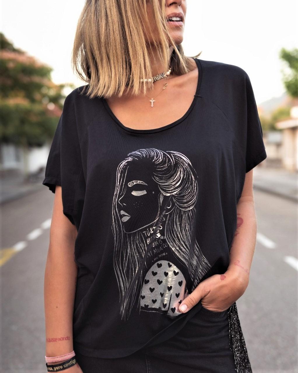 Camiseta tipo kimono con serigrafía foil, efecto plateado brillo.