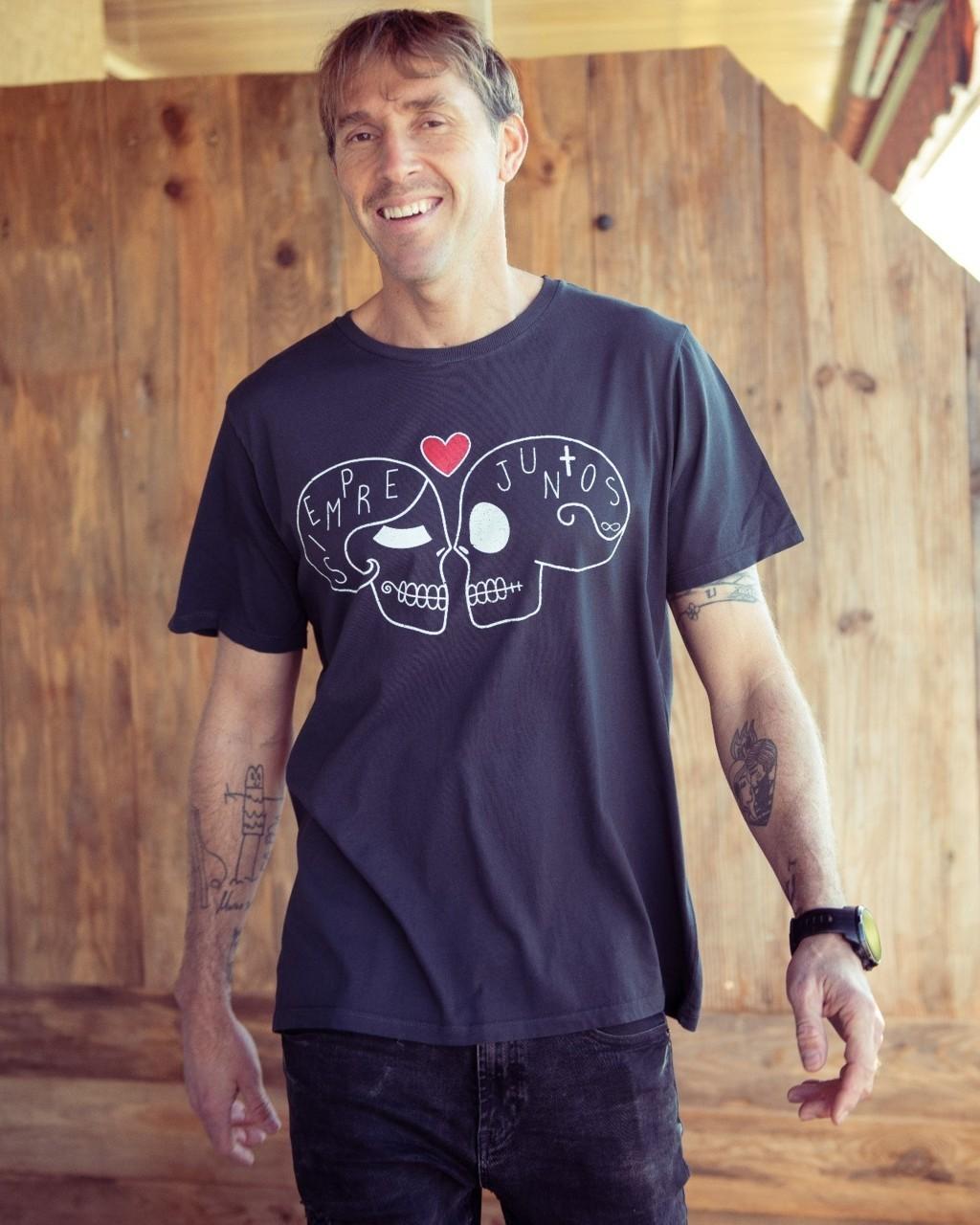 Camiseta con teñido reactivo gris antracita. Diseño acabado vintage