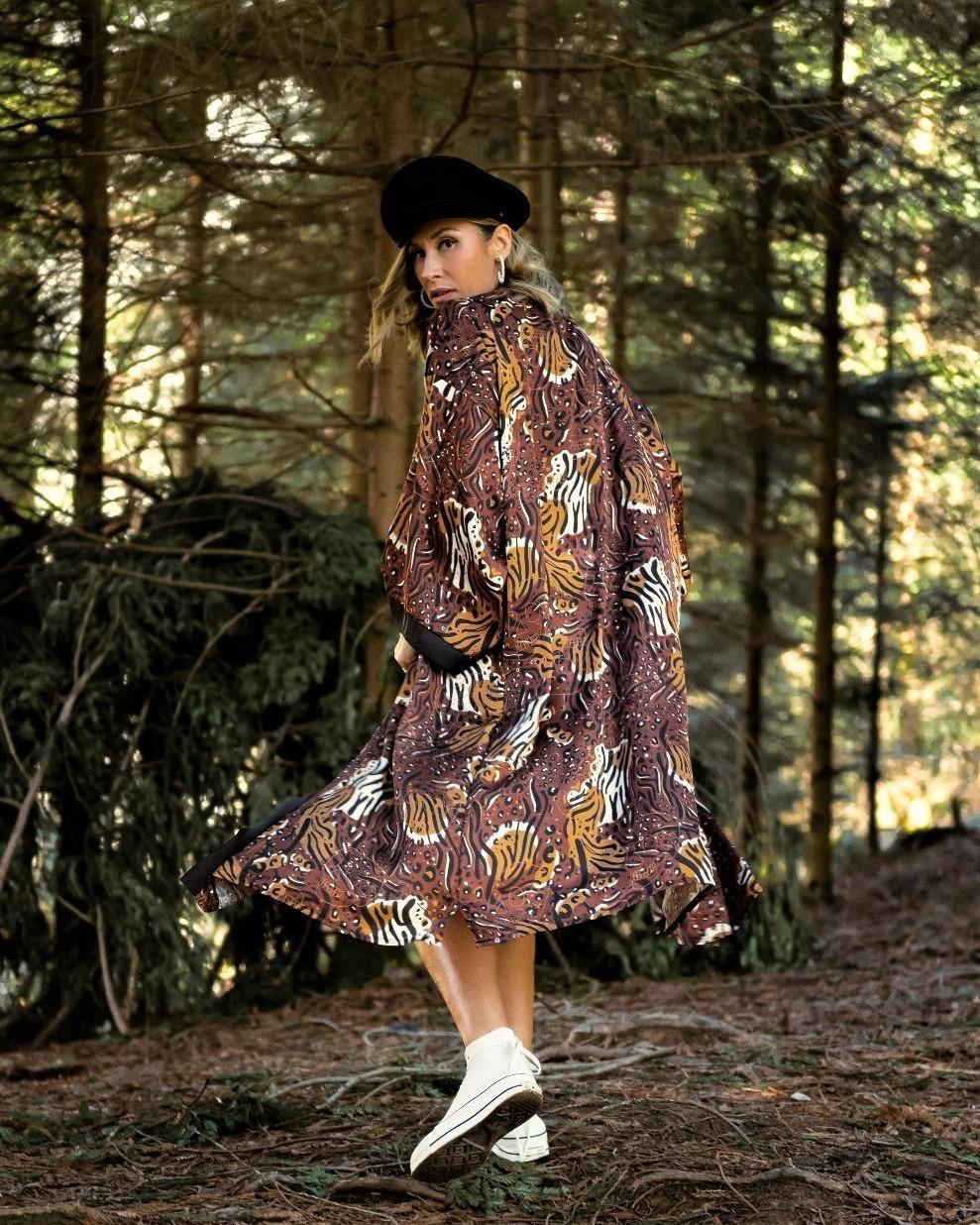 Kimono maxi con estampado animal print y calaveras en tejido brillante efecto raso.