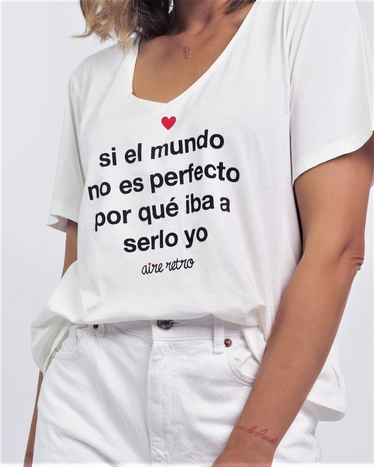 Camiseta amplia con cuello pico, color crudo.