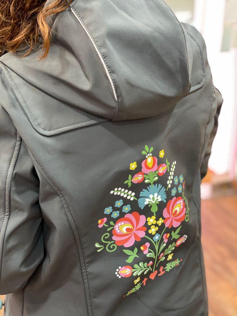 CHUBASQUERO antracita flores espalda DE BLUTSGESCHWISTER