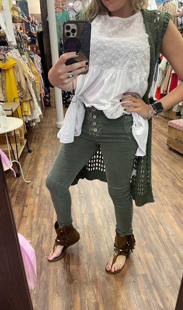 pantalon con botones y cremallera color kaki