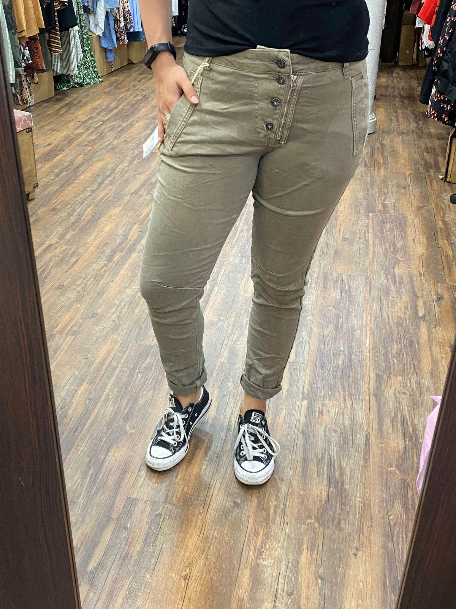 pantalon con botones y cremallera color TOPO