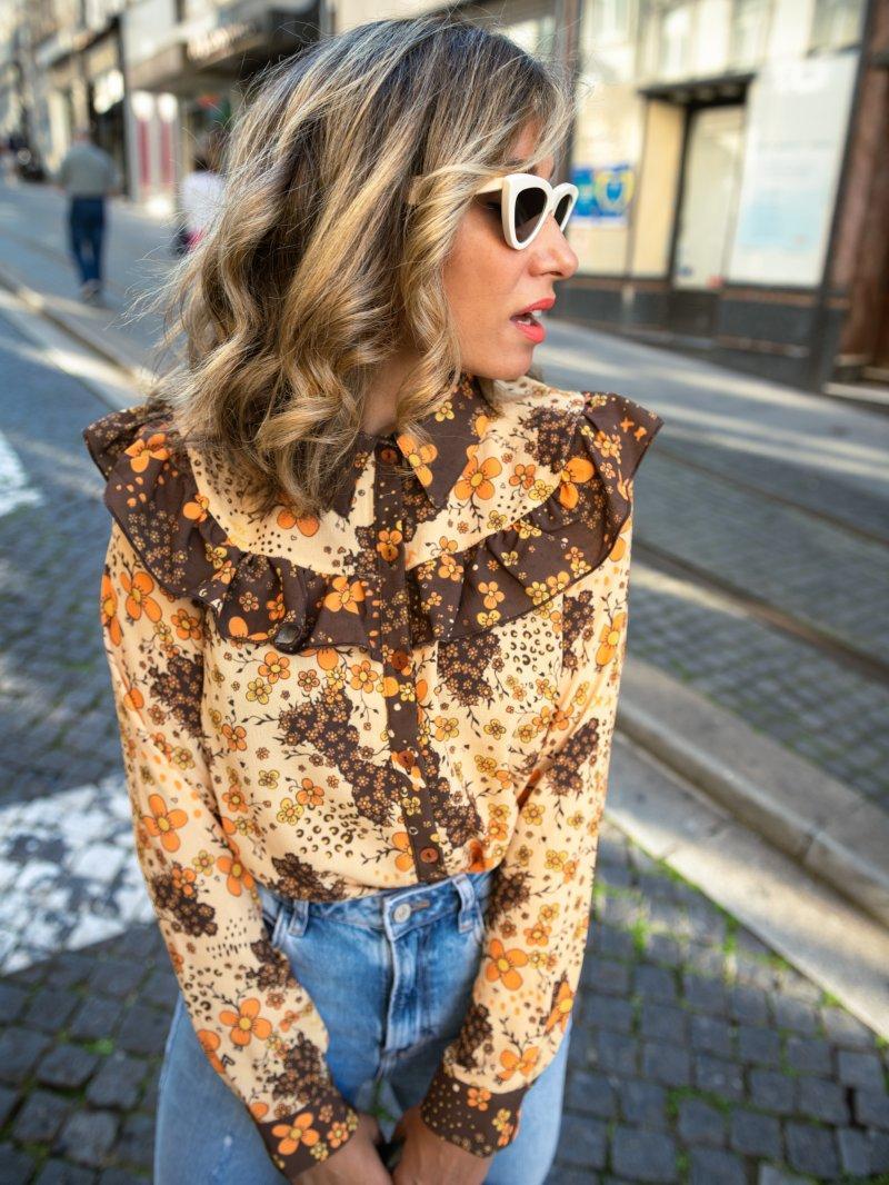 Camisa rockmántica con volantes y estampado tipo grabado mezclado con flores.