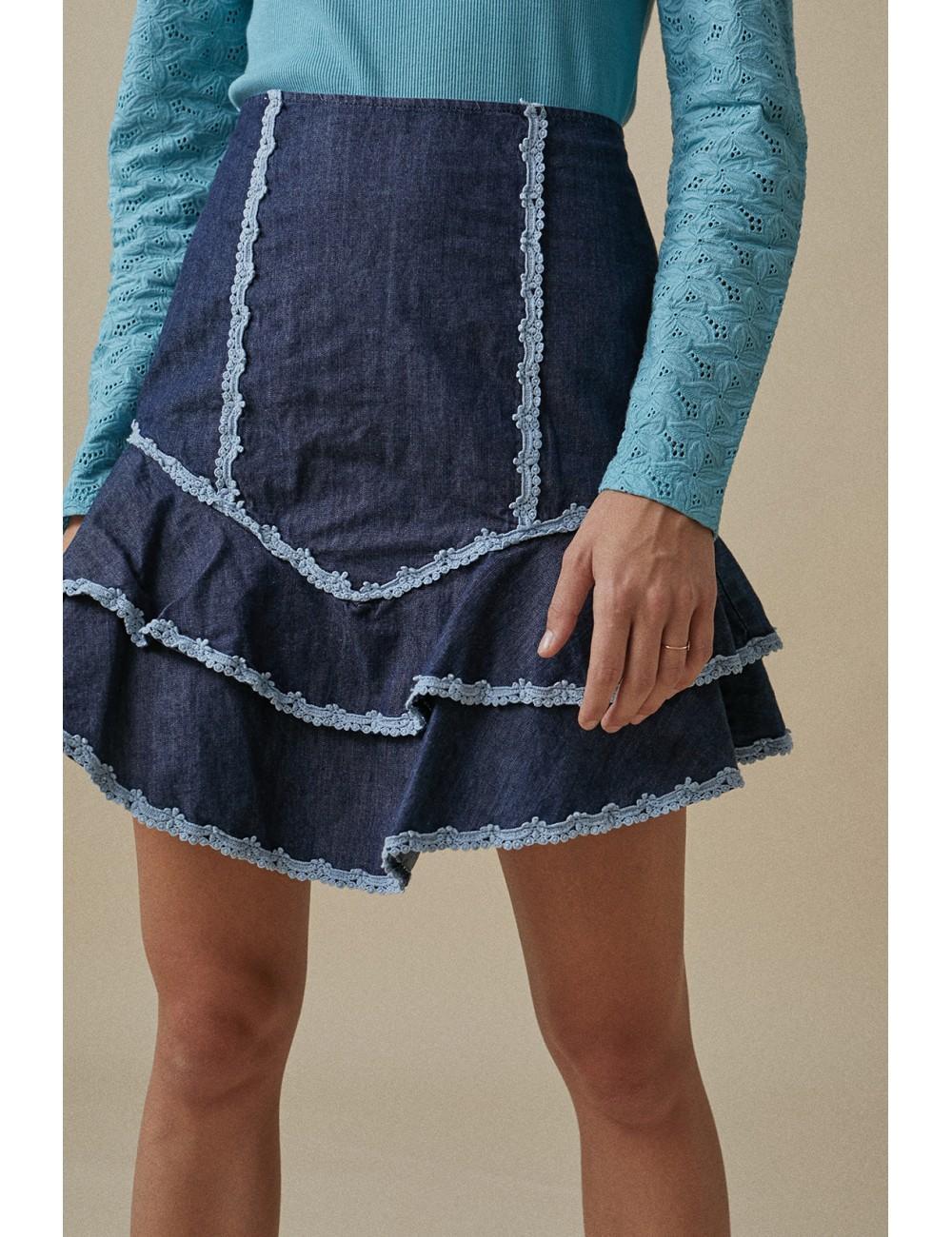 Mini falda denim.  Entallada en cintura, cierre trasero.  Detalle volantes en el bajo.