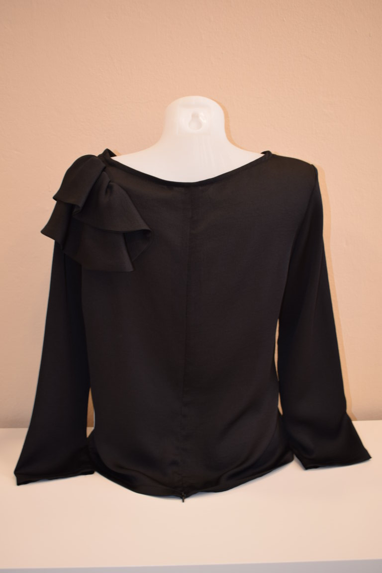 Blusa mangas y flor hombro negra